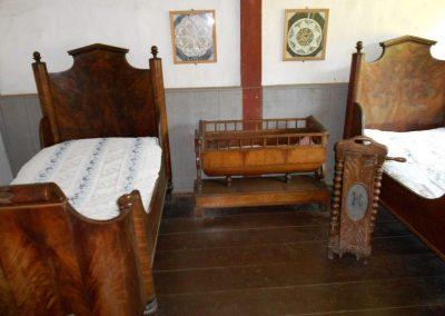 Ein Schlafzimmer mit Kinderbettchen