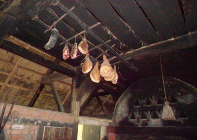 Schinken und Würste zum Räuchern aufgehängt